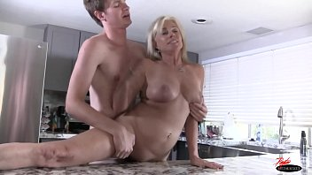 MILF has no money to pay for groceries  creampie