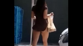 Chica en mini falda saliendo del Oxxo