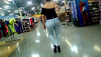 cougar culona marcando en jeans 1