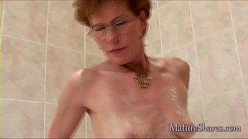 Mature pussy shaving solo